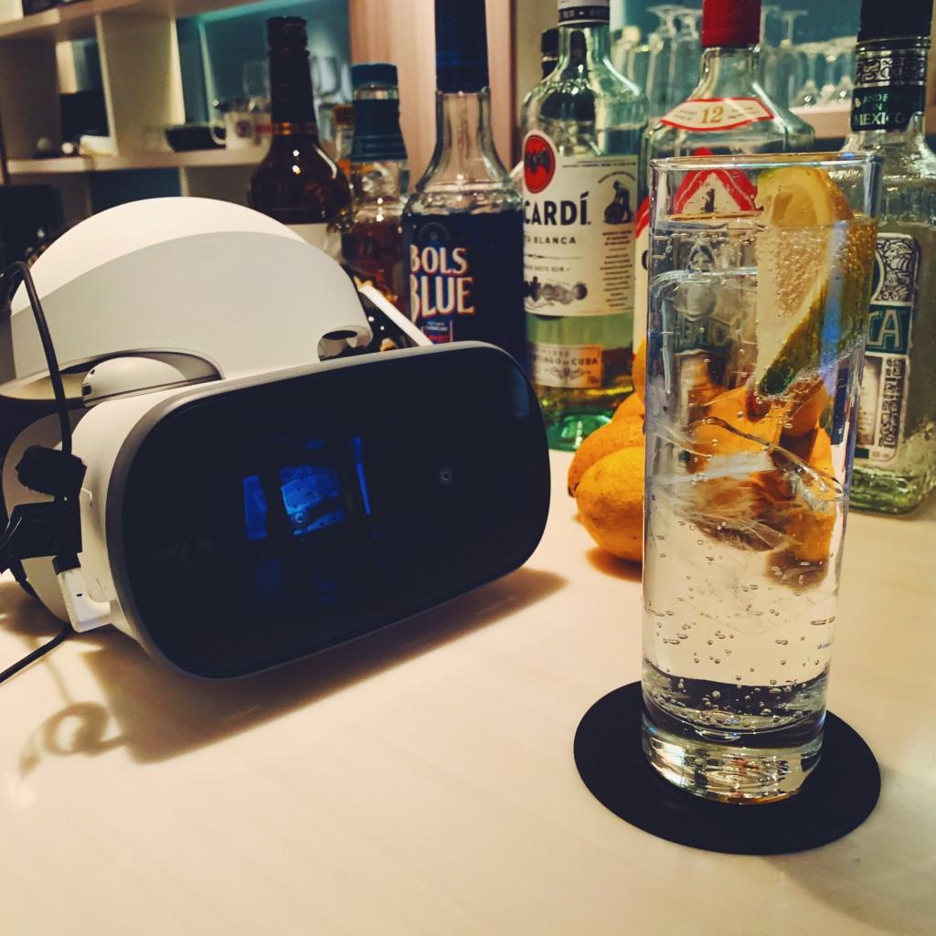 VRのヘッドマウントディスプレイとカクテル